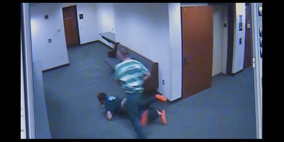 Video: Two inmates run from courtroom, judge strips off robe and chases them down