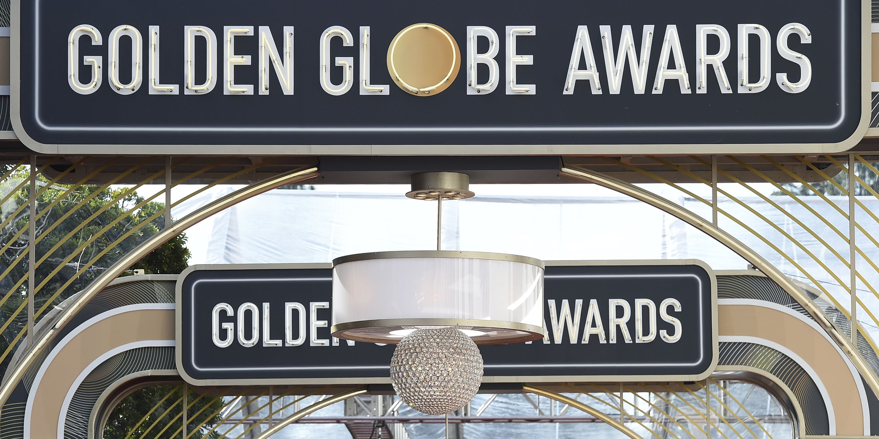By split screen, Fey and Poehler kick off bicoastal Globes