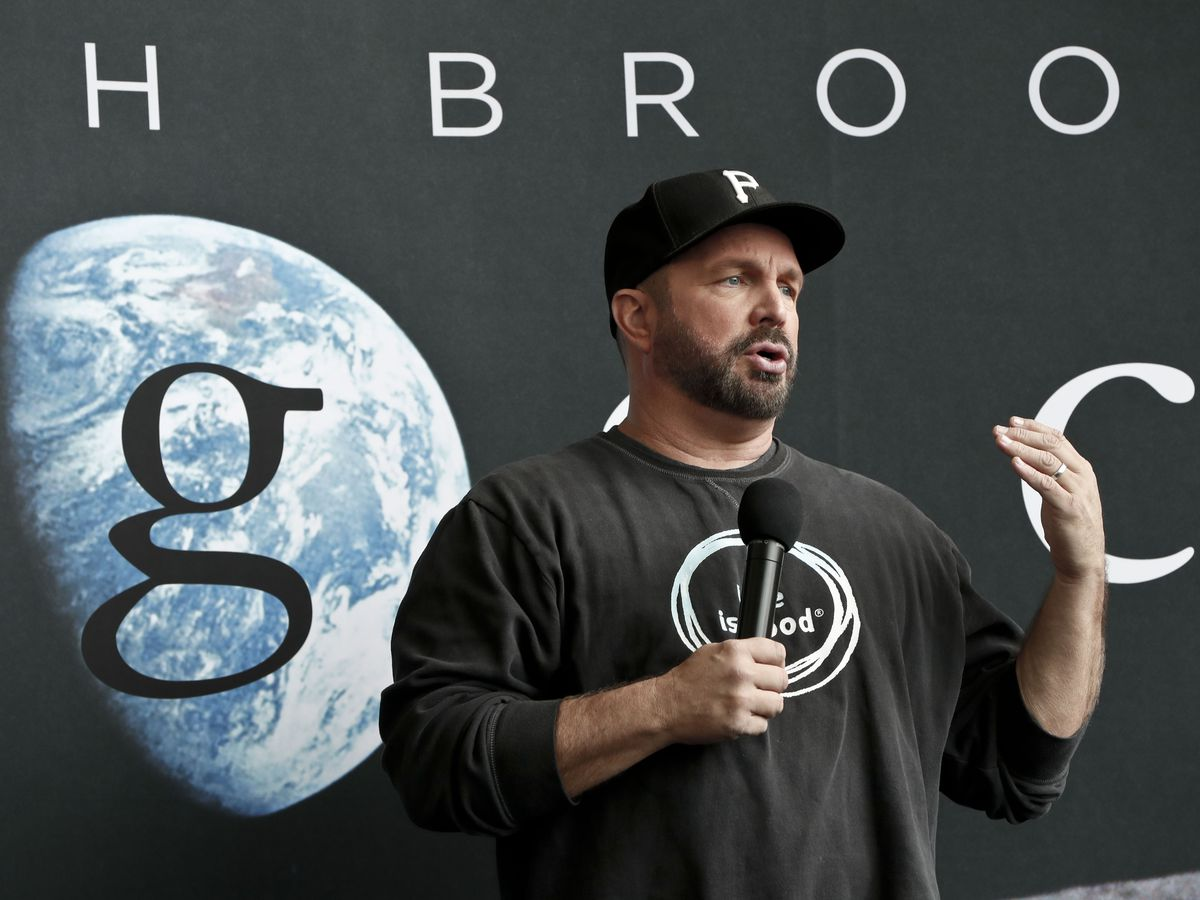 Garth Brooks announces 'Dive Bar' tour. Anyone surprised?