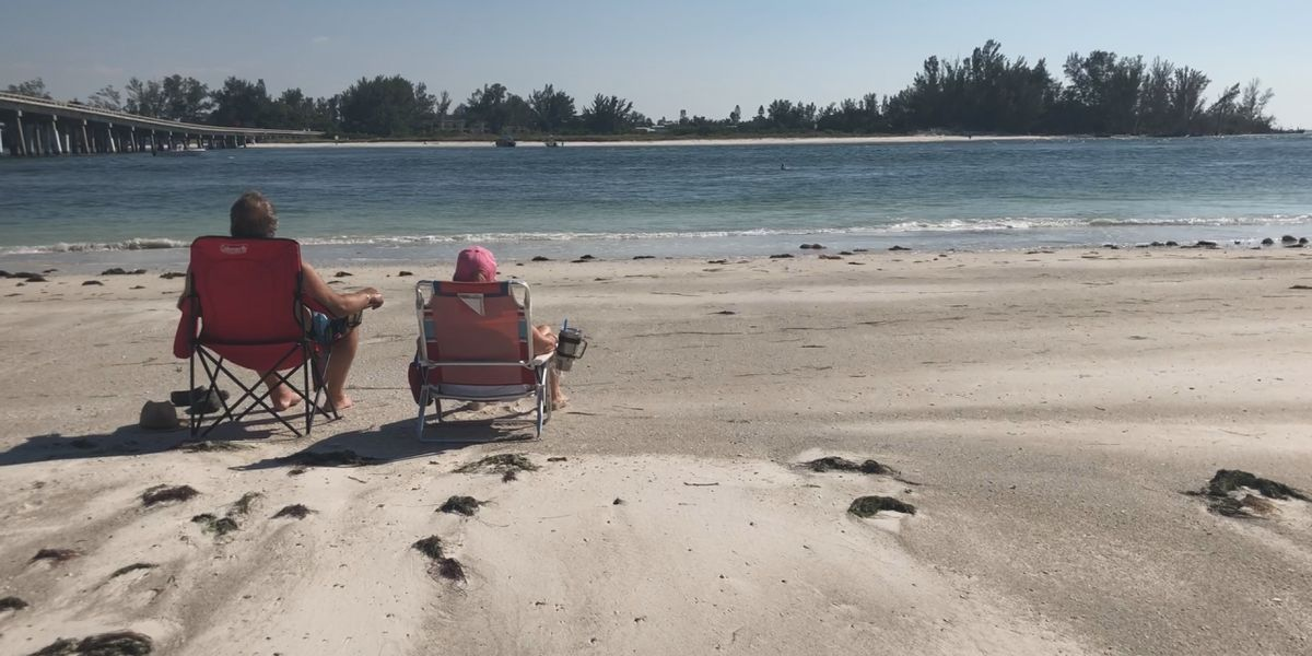 Beachgoers come and go as red tide conditions fluctuate