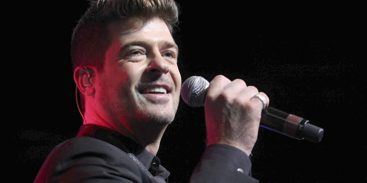 Robin Thicke surprises girlfriend with marriage proposal