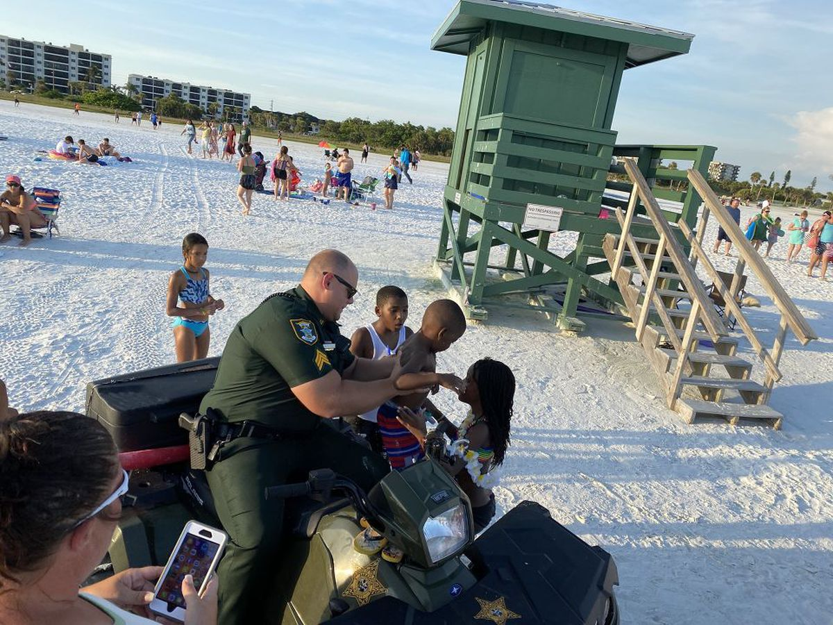 Man captures moment Sarasota County deputy comforted lost child on Siesta Key