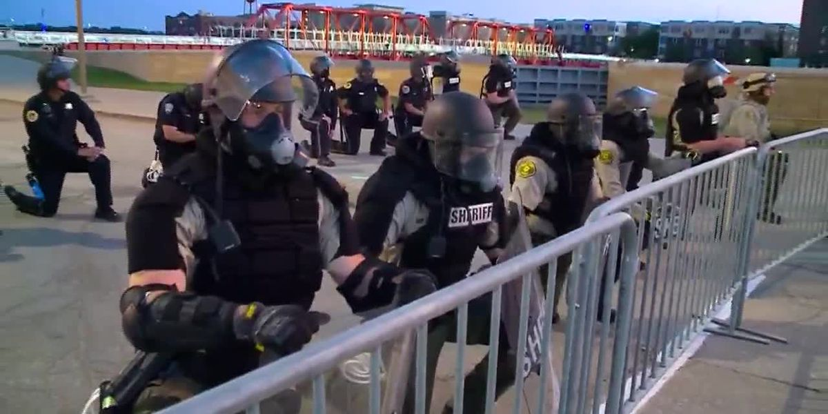 Police take knee in solidarity with protesters in Iowa